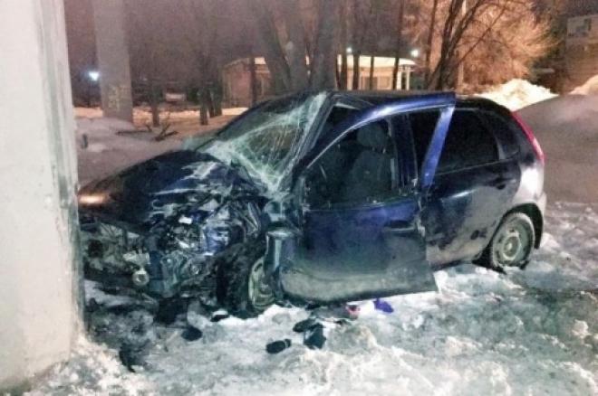 В Самаре водитель врезавшейся в опору «Калины» получил множественные травмы