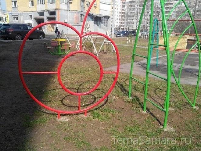 «Самарские коммунальные системы» считают, что многие детские площадки в городе опасны