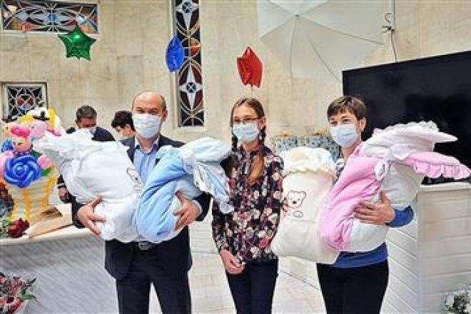 Семья, в которой родились четверняшки, ежемесячно будет получать от государства порядка 50 000 рублей
