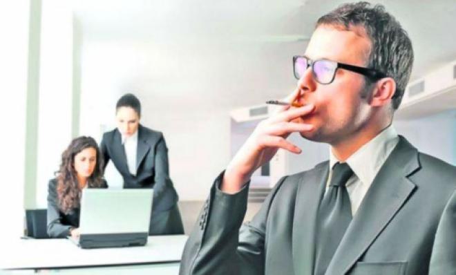 Курильщикам могут продлить рабочий день