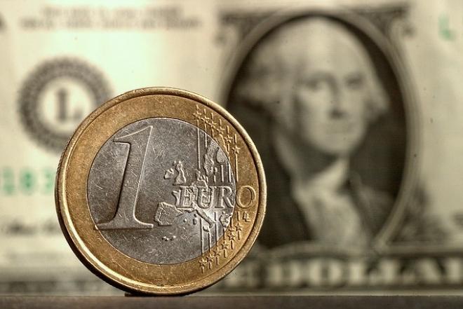 Центробанк снизил официальный курс рубля