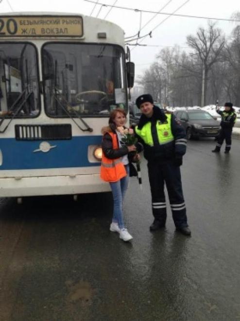 Самарские инспекторы ГИБДД поздравили автоледи с 8 марта