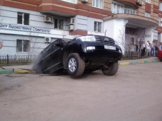 В Самаре иномарка провалилась под асфальт