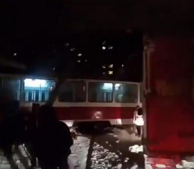 В Самаре трамвай в час пик сошел с рельсов