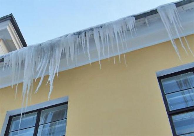 В Самаре около 70% скатных крыш очищены от наледи и снега